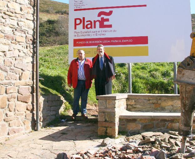 El delegado del Gobierno visita la obra de rehabilitación del edificio municipal en Ventorrillo (Pesquera)