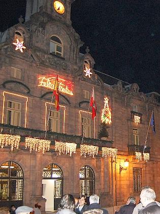 Iluminación de la fachada del Ayuntamiento de Torrelavega, en fotografía de María González