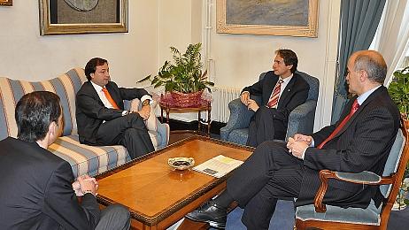 El alcalde y los representantes de la empresa