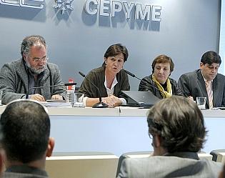 Dolores Gorostiaga, en la sede de CEOE-CEPYME con los responsables de ACESDE  (Foto: Lara Revilla)