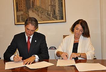 El alcalde y la directora de la Fundación Altadis firmaron el convenio para desarrollar este programa