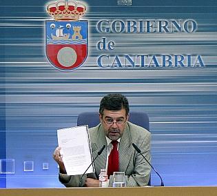 Ángel Agudo, durante la rueda de prensa, mostrando la comunicación del Banco de España/Foto: Román García