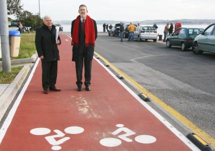 El delegado del Gobierno y el director de la obra junto al carril bici frente al Museo Marítimo financiado por el Fondo Estatal 2010