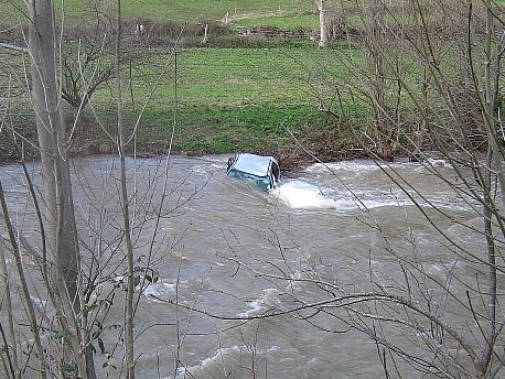 Un vehículo cae al río