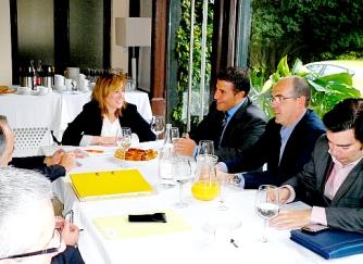 Eugenia Gómez de Diego se reúne con los hosteleros