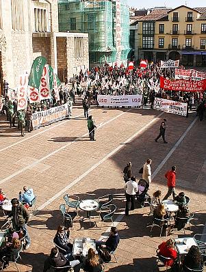 En la fotografía, personas observan la manifestación desde las terrazas de la Plaza Baldomero Iglesias