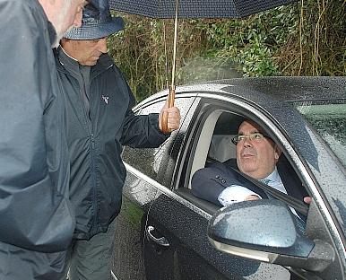 Integrantes de AMA hablan con el consejero Jesús Oria a través de la ventanilla de su coche oficial