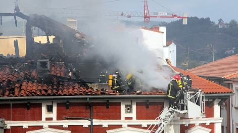 Sofocado un intenso incendio en pleno centro de Torrelavega