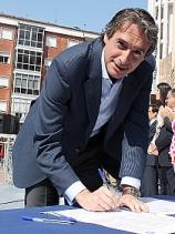 En la imagen, Íñigo de la Serna firma un Manifiesto por la Transparencia promovido por el PP