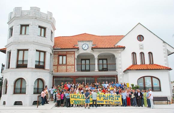Afectados por sentencias de derribo se concentran frente al Ayuntamiento de Argoños