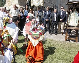 Grupos de danzas actúan frente a Diego y la patrona