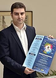 El concejal Daniel Portilla muestra el cartel con la programación del Centro Espacio Joven