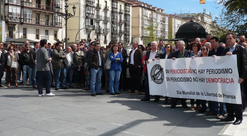 Más de medio centenar de personas se concentran en Santander para defender y promover la libertad de prensa