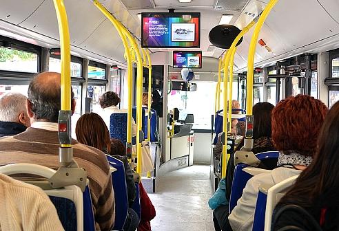 Las pantallas de los autobuses urbanos proyectarán piezas sobre emprendedores