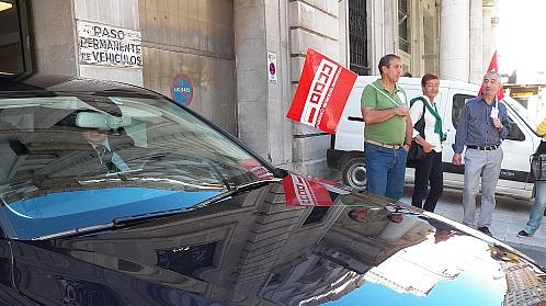 Los sindicatos protestan a la llegada del presidente de Liberbank