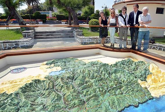 El Ayuntamiento homenajea a José Torné, autor del mapa en relieve de Cantabria