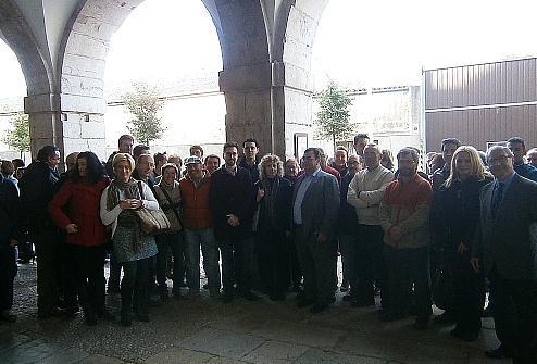 Un centenar de representantes municipales del PSOE se concentran ante el Parlamento para protestar contra la supresión del Fondo de Cooperación Municipal