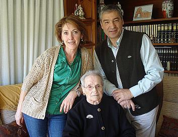 El alcalde y la presidenta de la Junta Vecinal de Oruña felicitan a Dionisia Diego por su 100 cumpleaños