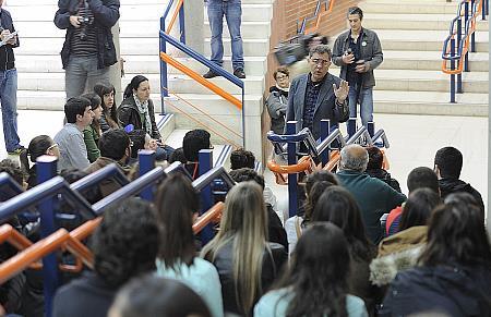 """La Universidad de Cantabria saca las """"aulas a la calle"""" para protestar contra los recortes"""
