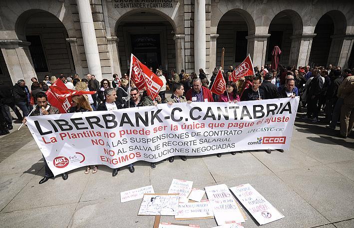 Concentración de trabajadores ante la sede de Caja Cantabria en Santander / Archivo