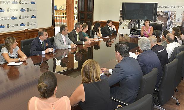 Ayuntamiento y hosteleros colaborarán en la creación de nuevos productos y servicios turísticos para el Mundial de Vela 2014