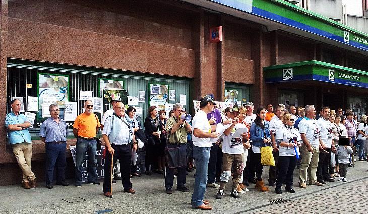 Afectados por las preferentes protestan en Santoña