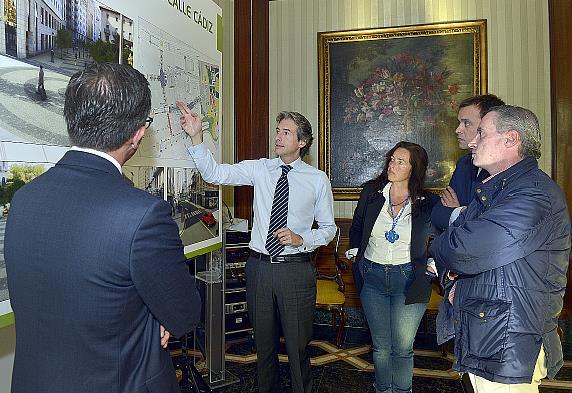 De la Serna presenta a la asociación de comerciantes del centro el proyecto de peatonalización y renovación de la calle Cádiz