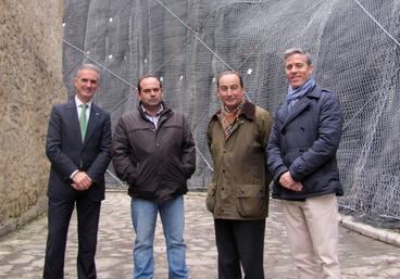 El consejero, el alcalde de Camaleño, el director general de Cultura y el director de la Sociedad Regional de Educación, Cultura y Deporte, junto al talud estabilizado (Foto: Gabinete de prensa)
