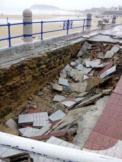 Cerrado el paseo de la segunda playa del Sardinero por un socavón provocado por el temporal