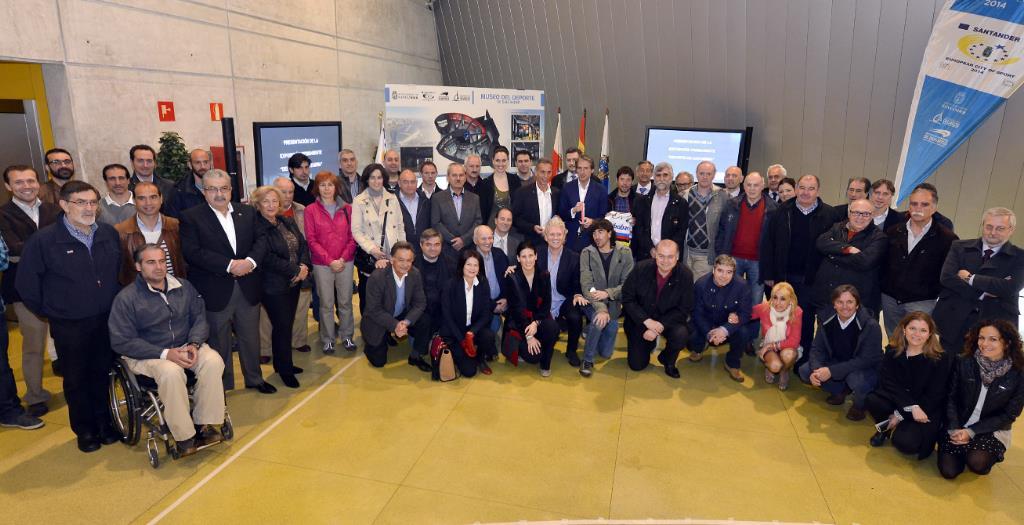El maillot arcoiris de Óscar Freire y una réplica de la medalla de Abascal estarán en el Museo del Deporte de Santander