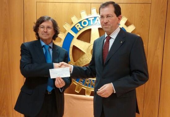 """El Club Rotario entrega 1.700 euros al programa municipal """"Apadrina una familia"""""""