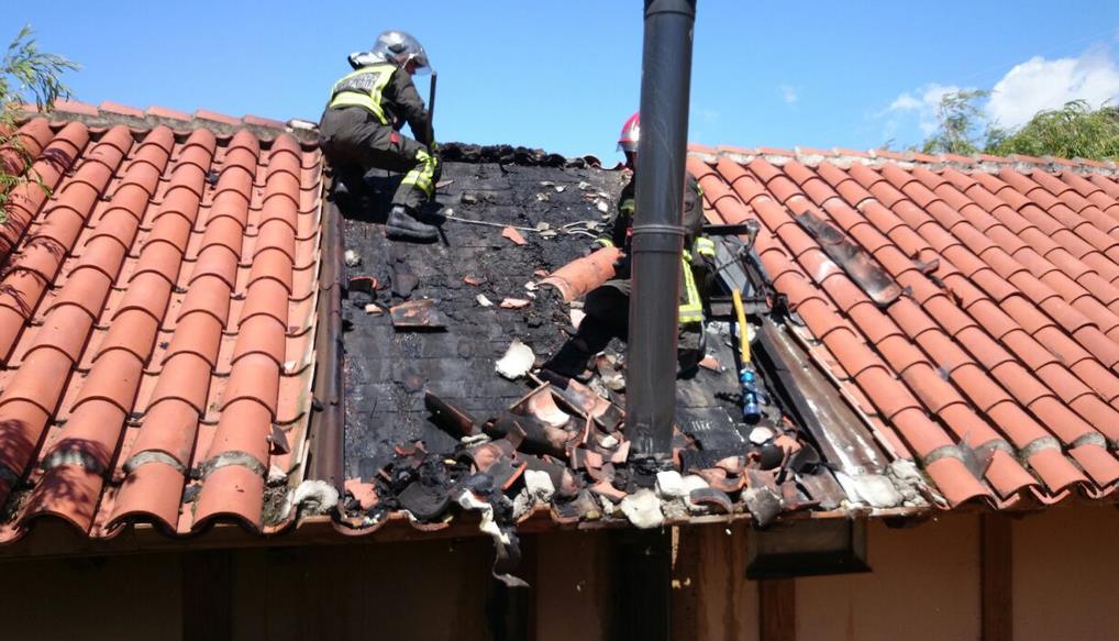 Bomberos del 112 sofocan un incendio en una casa rural de Ojedo