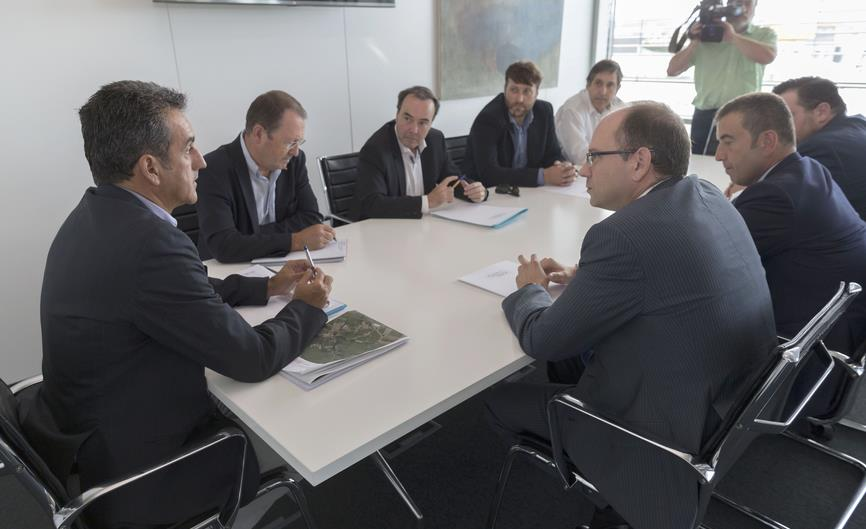 El consejero Martín reunido con la Asociación Eólica de Cantabria / Foto: Miguel López (Gob. Cantabria)