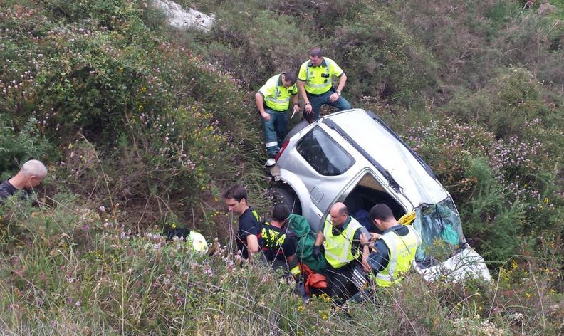 Efectivos de emergencias rescataron a un hombre tras caer 60 metros con su vehículo por un terraplén