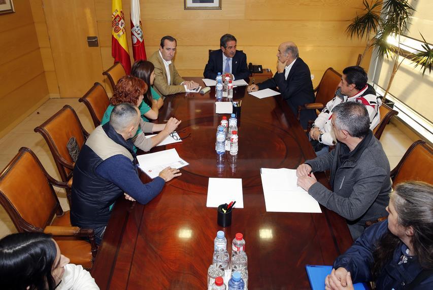 Revilla se reúne con la PAH y Stop Desahucios (Foto: José Cavia, Gobierno de Cantabria)