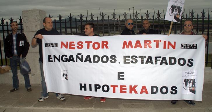 En la imagen, los trabajadores protestan en el exterior del Palacio de Festivales durante una visita de Mariano Rajoy a Santander en mayo de 2015