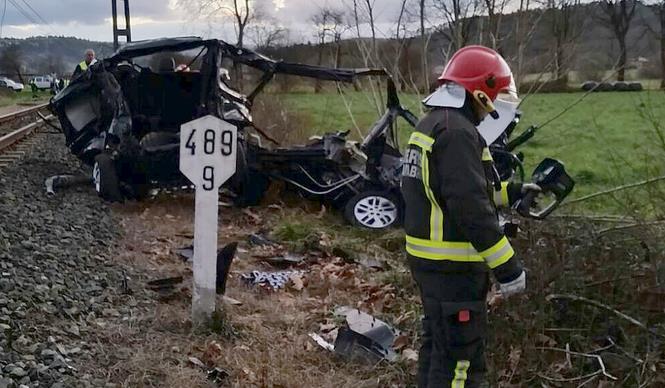 Dos fallecidos al arrollar un tren a una furgoneta en Casar de Periedo
