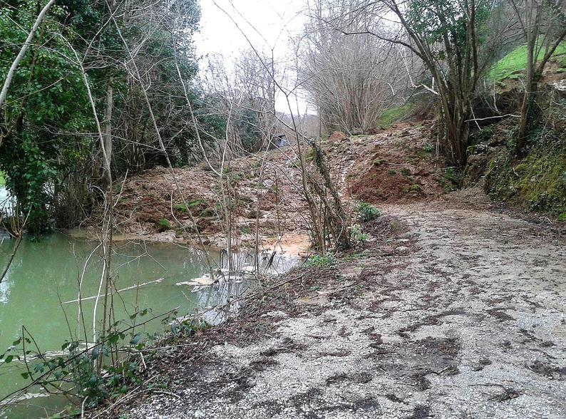 Un argayo en Borleña cambia el curso del río La Toba e impide al paso a los vecinos