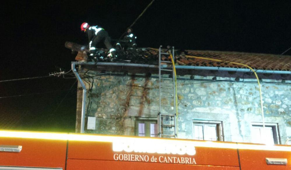Extinguido en una vivienda de Penagos el tercer incendio originado por una chimenea
