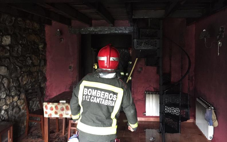 Bomberos del 112 intervienen en el incendio de una vivienda en Puente Viesgo