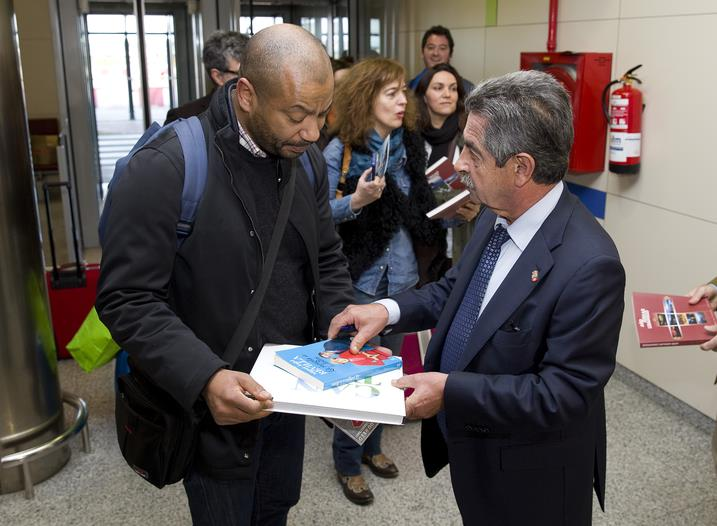 Revilla recibe a los pasajeros del avión que inaugura la conexión de Santander con Lisboa que se mantendrá hasta el 29 de octubre con dos vuelos semanales