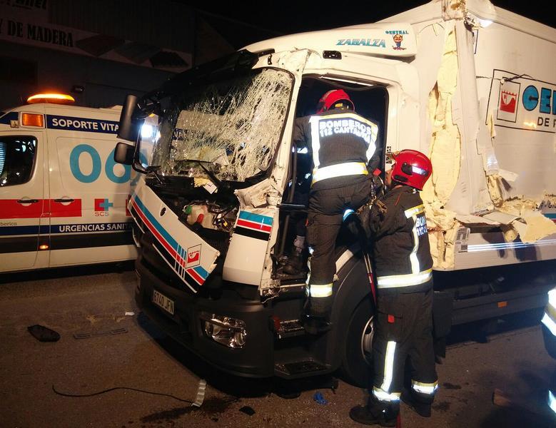 Los bomberos liberan al conductor de un camión tras un accidente en el polígono de Barros