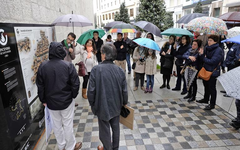 Fotografía de la visita guiada por Domingo de la Lastra, que abrió este ciclo