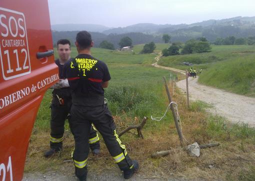 Fallece un hombre al volcar su tractor en Helgueras