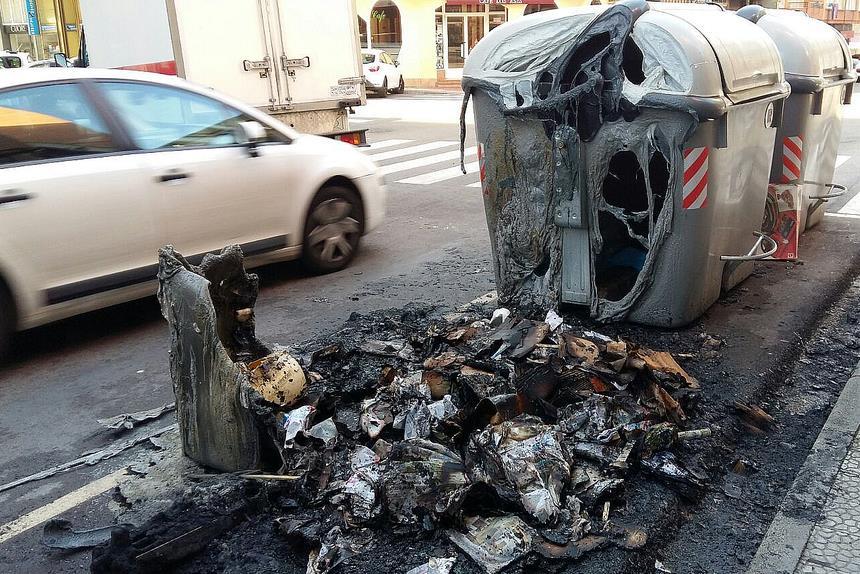Varios contenedores incendiados en el centro de Camargo