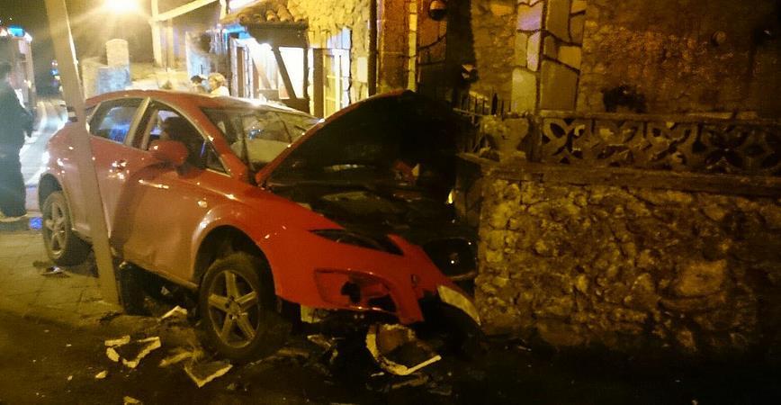 Un coche se empotró contra una vivienda en San Vicente de la Barquera / Foto: 112 Cantabria