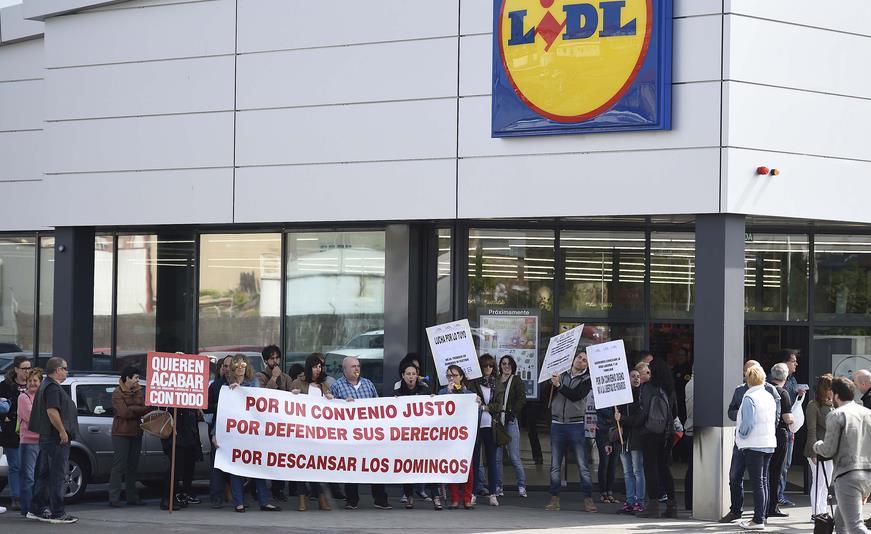 Más de un centenar de personas exigen un convenio justo de Lidl en Cantabria