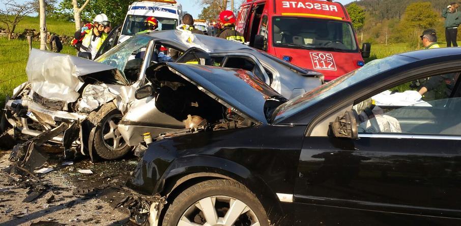 Seis heridos en una colisión frontal entre dos vehículos en Penagos