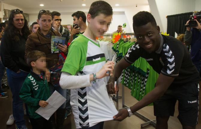 Casi un centenar de aficionados del Racing asistió a la segunda firma de autógrafos de jugadores
