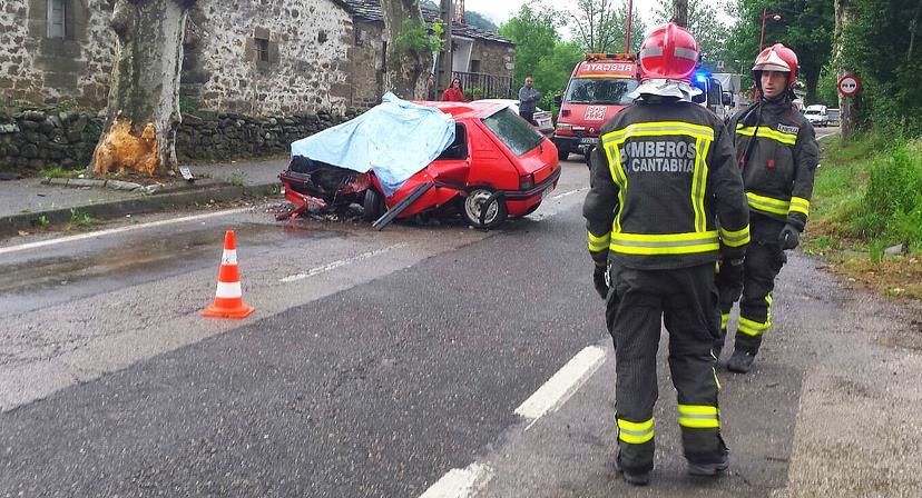 Fallece un joven al salirse con su coche de la vía en Vega de Pas